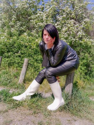 Fetischbilder in Gummistiefel und Lederoutfit!