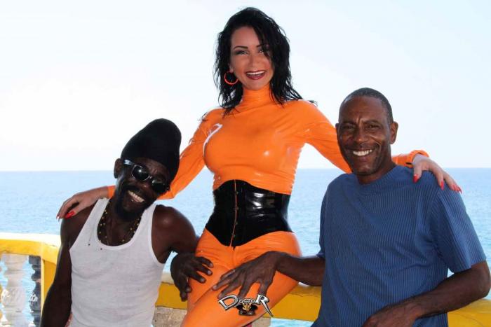 Latexfotografie - leuchtendes Latex unter der Sonne Jamaikas