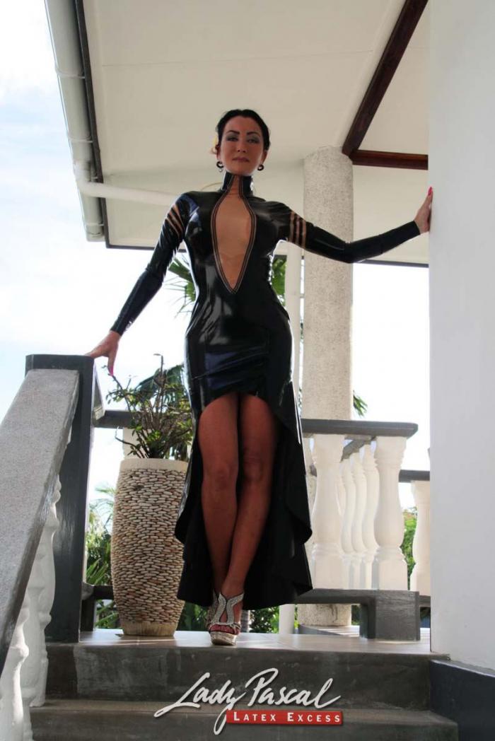 Latexfotografie - elegantes Kleid von Innersanctum