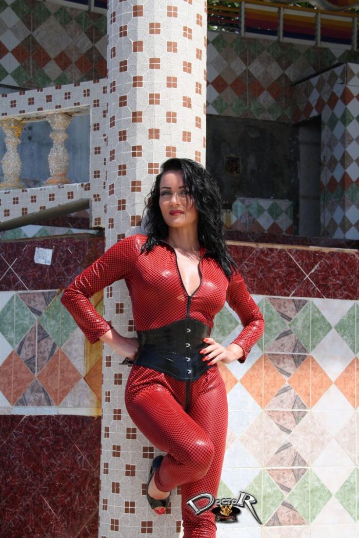 Fetischfotografie auf Jamaika - rot-schwarzes Lycra-Catsuit