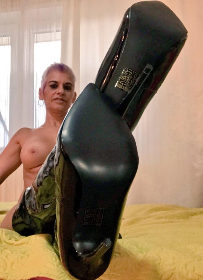 Shop: Nackt in meinen neuen Overkneestifel !