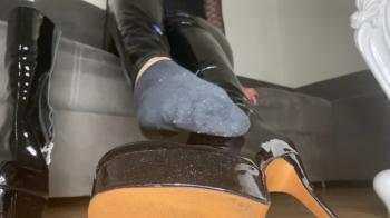 Verdonnert zum Stiefelletten lecken und Socken inhalieren