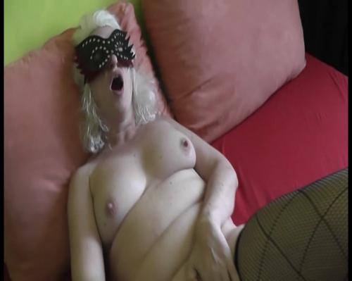 Marilyn Monroe Double schiebt sich den dicken Dildo ins Loch