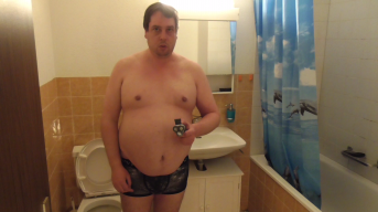 Pasci wichst nach der Intimrasur im Badezimmer