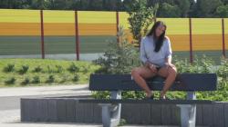 Teeny Pussy auf der Parkbank