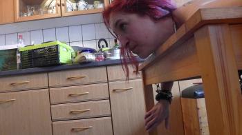 Sklavin Luci wird auf dem Küchentisch Fixiert und darf Deepthroat