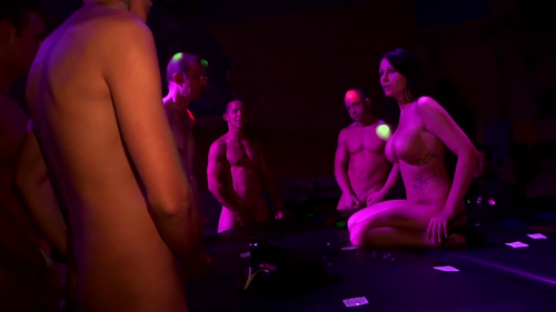 Xara lutscht Schwänze in der Disko