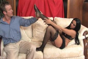 Sexsklave bekommt Footjob von seiner Nylonherrin
