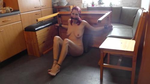 Sklavin Luci hart heran genommen in der Küche am Küchentisch