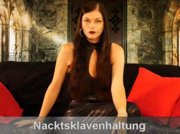 Schwuchtel wird als Nacktsklave zum Anschaffen gebracht