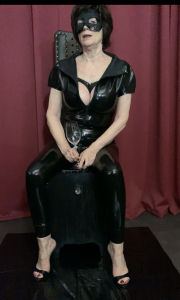 Latexoutfit und Pissvideo