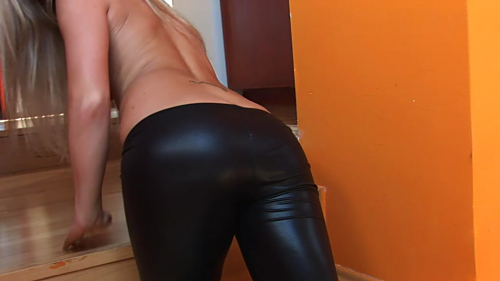 Leggingshintern mit Dildo Blow Job