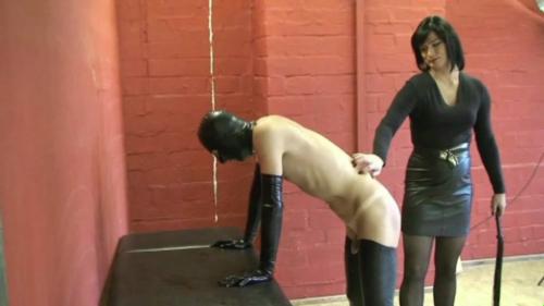 Flogger züchtigt den ungehobelten Sklavenarsch
