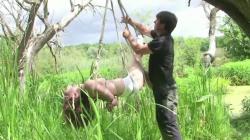 Gefesselt am Baum