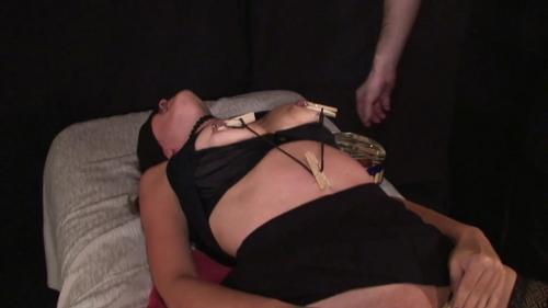 Klammern an des Sklavinnen Körper