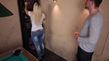Public Blowjob mitten in der Bar
