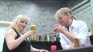 In der Bar: Beim Nylonwichsen erwischt