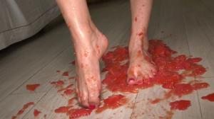 Ich zerquetsche Tomaten unter meinen Füßen